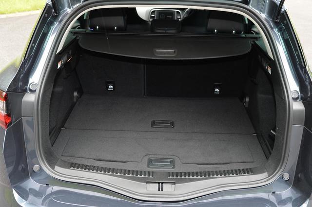 画像: 後席使用時(この状態)でのカーゴスペース容量は、VDA値で580L。底板は間仕切りボードにもなるので、大きな荷物から細かいものまで搭載しやすいのが特徴だ。