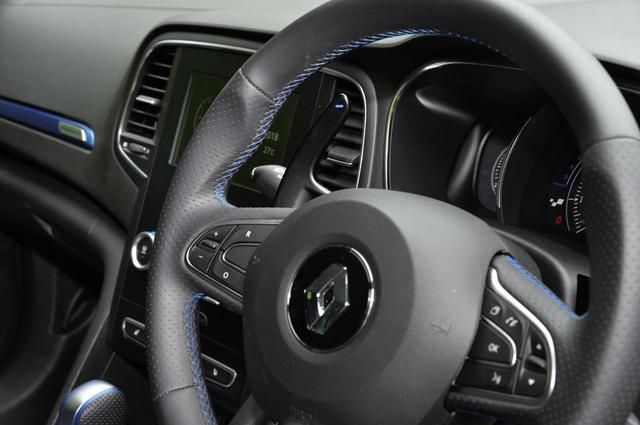 画像: 左手側シフトダウン/右手側シフトアップの、コラム固定式大型パドルシフトが特徴。ツキの良いエンジン特性と相まって、積極的にシフト操作を行いたくなってくる。