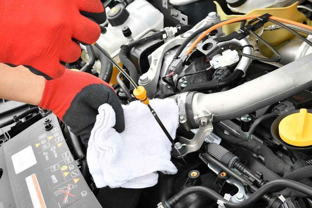 """画像: エンジンオイル交換時期の見極めは、期間や距離だけでなく汚れ具合…""""見た目""""も重要。"""