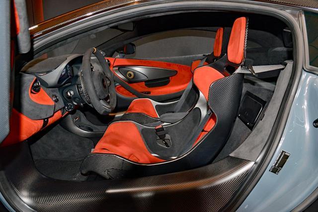 画像: 軽量化のためフロアはカーボンファイバー製パネルが剥き出し。カーボンファイバー製のレーシングシートは標準装備。