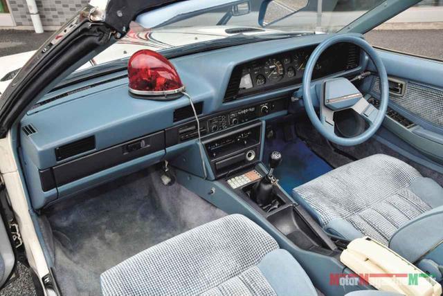 画像: ノーマル然としたインパネ回り。他の西部警察特別機動車両のように特殊装備は持たない。シフトレバー前のボタンパネルは日本初のドライブコンピューターで、これはベース車の装備。助手席のコンソールボックスには無線機が収められている。