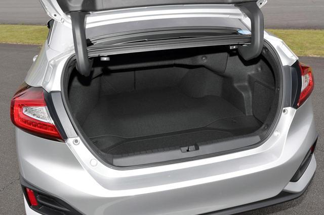 画像: トランク容量は512Lで、ホンダのハイブリッドセダンではトップの広さ。リアシートバックを倒せばスペースはさらに広がる。