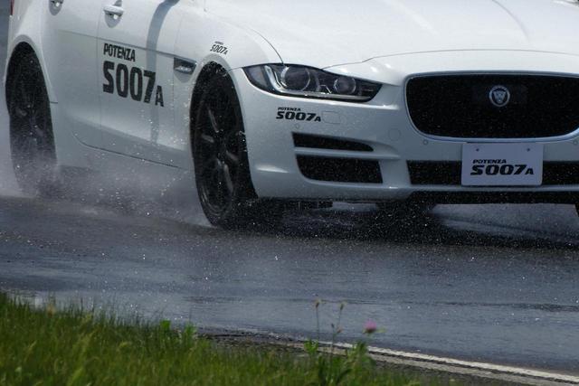 画像: ブリヂストンのプルービンググラウンド(テストコース)のウエットハンドリング路で比較試乗を行ったときの様子。テスト車はジャガーXEで、タイヤサイズは225/45R18。POTENZA S007Aは、安心感がある。