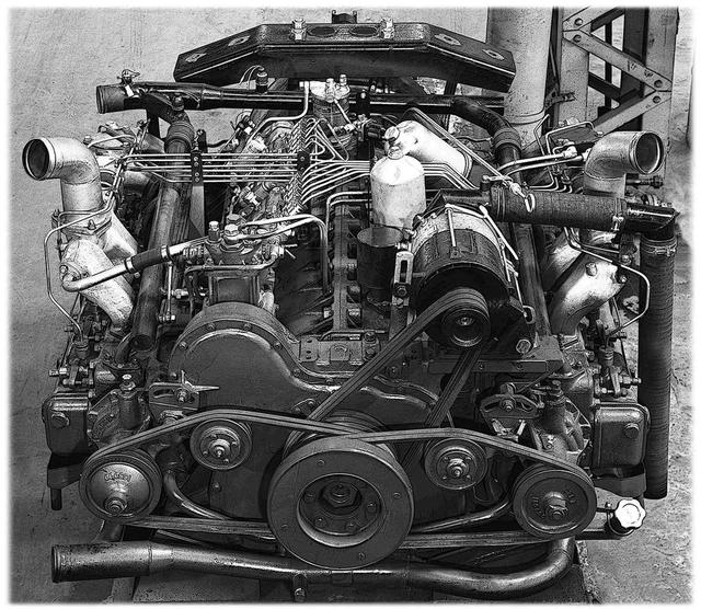 画像: 日野は17.4L水平対向(カタログは水平向合)12気筒の、DS140エンジンを導入。高さを抑えたエンジンは車内最後部にひな壇がない、ゆとりある空間をもたらした。