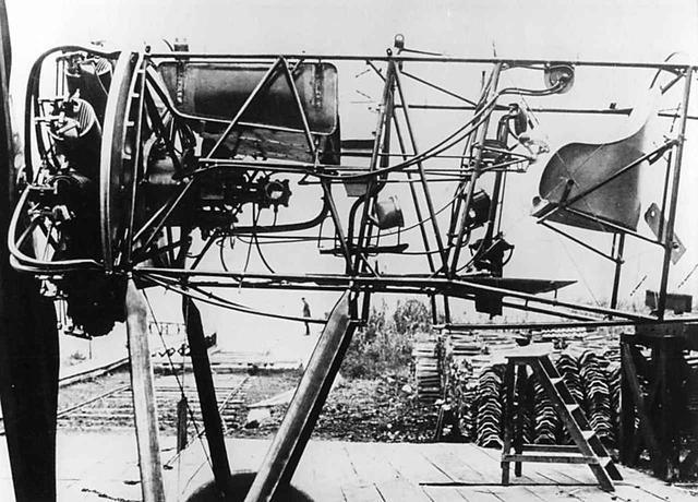 画像: フォッカーと同期の骨組みだけの機体。左端がプロペラで右端が操縦席。星型ロータリーエンジンが、いかに小型かわかる。