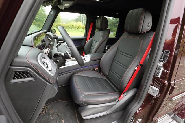 画像: ヒーター内蔵で電動アジャストの本革シートを標準装備。赤いステッチとシートベルトがオシャレだ。