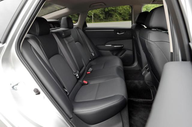 画像: リアシートの広さも十分。シートバックは分割可倒式。ちなみに、室内の広さはFCV版と変わらない。