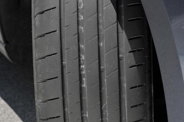 画像: POTENZA S007Aのトレッドパターンはこのような感じ(写真の右側がイン、左側がアウト)。太い4本のストレートグルーブが排水性を確保、ウエットグリップの強さを物語っている。