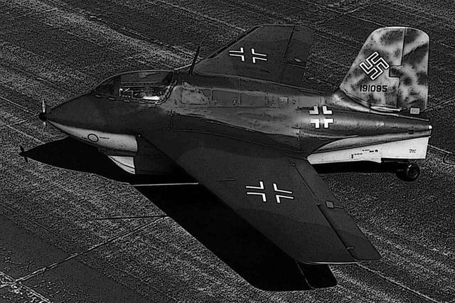 画像: ご本家、メッサーシュミットMe163B。ロケットエンジンだけでもスゴイのに、無尾翼のデルタ翼機でもある。説明する部分が多くてキリがない!