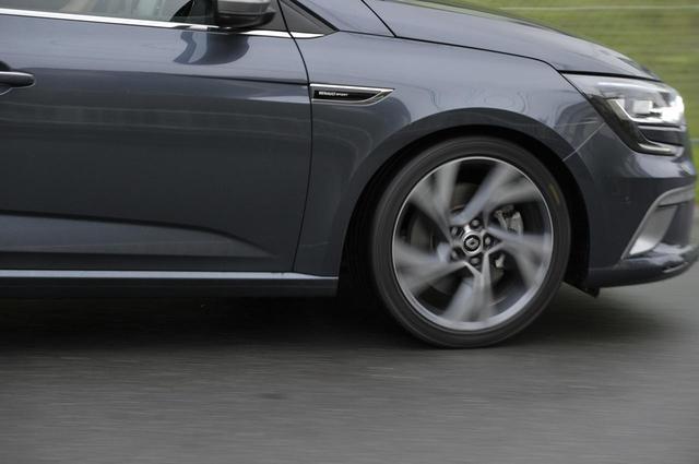 画像: どんなにヘビーなウエット路でも、ハンドル手応えのヌケ感すらなく、グリップは安定。雨の日も安心のドライブができる。