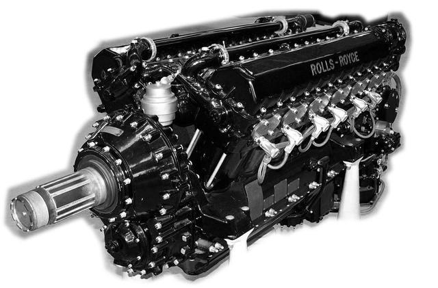 画像: 正統派V型エンジンのRR マーリン。DBより小排気量だが高回転高出力型。大戦後半は良質の燃料が高過給圧を可能にした。クランクシャフトが下方で減速ギアを噛まして上部にプロペラシャフトがあるので、無難で自由度の高い機体設計ができた。