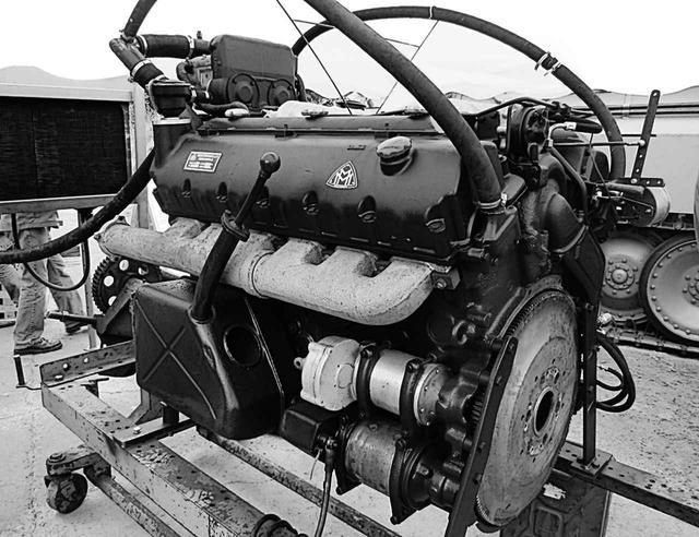 画像: 復元後試運転する、タイガーIIやパンサー戦車に搭載された後期型のHL230-P30。45トンのパンサーはともかく、70トンを超えるタイガーIIの心臓としては、外観からして心細い。ガソリンエンジンなのは、軽量高出力な航空機エンジンがベースであり、燃料共有化のため。これは英米戦車も同じ。
