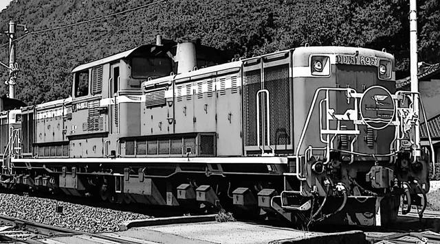 画像: 日本独自開発のトルコン(液体駆動)式ディーゼル機関車の最量産形がDD51。ダイハツディーゼル製61.1LのV12(バンク角60度)は中間冷却ターボチャージャー付き。1100ps/1500rpm×2というハイパワーで、D51やC62といった大型蒸気機関車を引退させた。