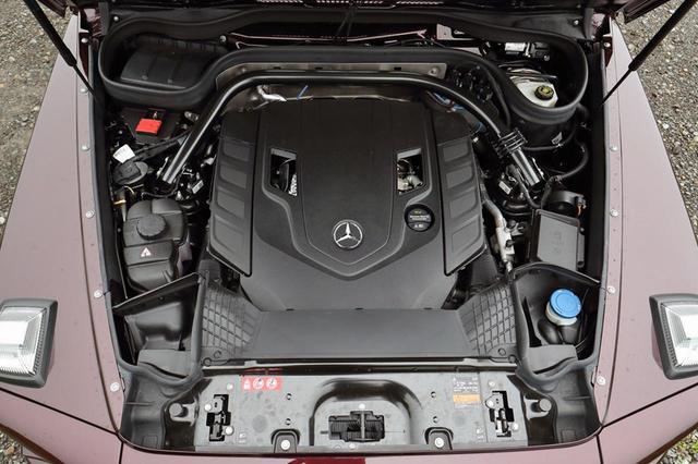 画像: 4LのV8ツインターボに9速ATを組み合わせる。例によってカバーに覆われてエンジン本体はほとんど見えない。