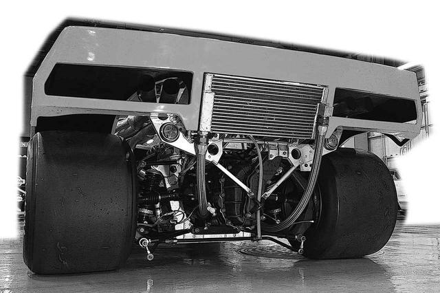 画像: 600ps近いパワーを受け止めるため、当時最大級の15.5×15インチタイヤが装着されたR382のリアビュー。展示車は当時のタイヤではないが、現代のF1と比べても迫力! 巨大なオイルクーラーがリアスポイラー直下に収まる。