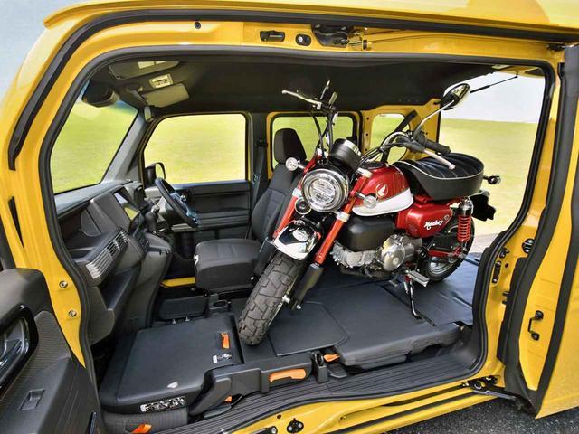 画像: 趣味のオートバイも積載可能。固定に便利なタイダウンフックも標準装備。