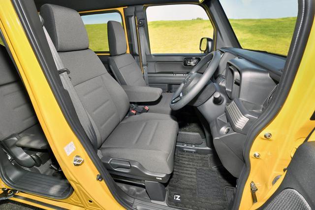 画像: 乗り降りしやすくサポートも良い運転席。助手席はダイブダウンさせるために少し簡素な造りとなる。