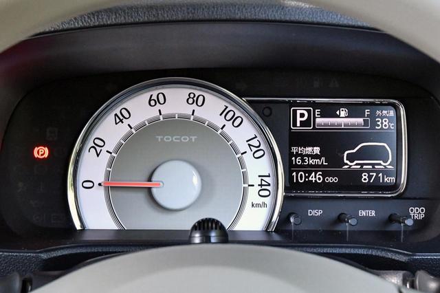 画像: シンプルなメーターは盤面発光タイプでメッキメーターリング付き。燃費などの情報も見やすい。