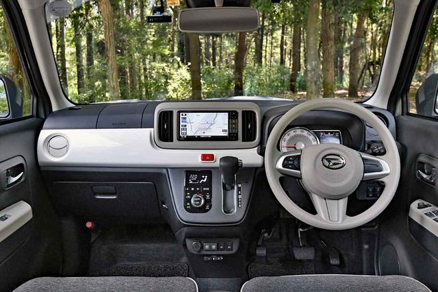 画像: スッキリしたインパネまわり。カーナビはオプションだが、スマートアシストなどの安全運転支援システムは標準装備。