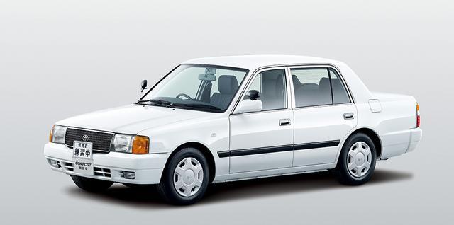 画像: コンフォートのフロントグリルにはトヨタのエンブレムが装着される。この写真は2013年にマイナーチェンジした時のもの。