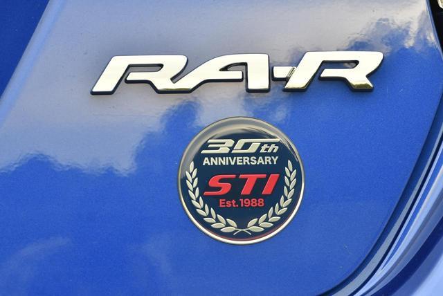 画像: リアオーナメントには「30 th ANNIVERSARY」の文字が入る。STIのモータースポーツ活動の集大成とも言える。