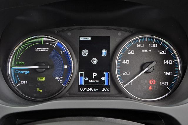画像: パワーメーター(左)の表示を変更し、モーターとエンジン出力状況の視認性と機能性を向上した。
