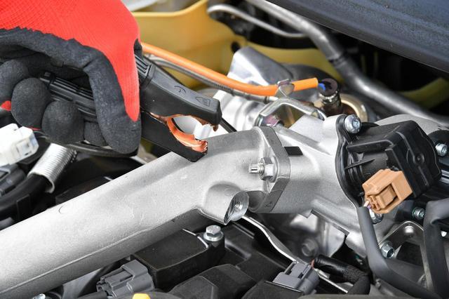 画像: バッテリー上がりのクルマのビスや、エンジンの金属部分などに、マイナスのケーブルを接続するのがいい。