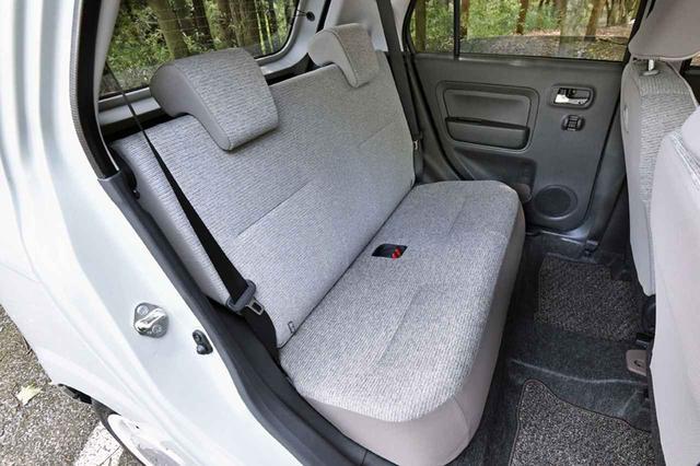 画像: 後席も思ったより広い。ちゃんとヘッドレストも備わる。シートバックは一体可倒式。