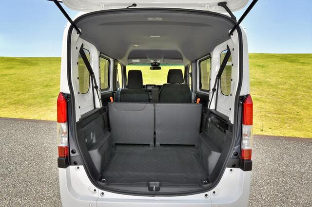 画像: フル乗車時でもカーゴスペースはけっこう広い。ハイルーフ仕様の荷室高は1365mmある。