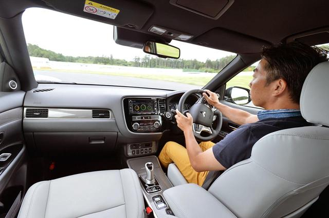 画像: SPORTモードならサーキット走行も楽しめると語る、石井昌道レポーター。
