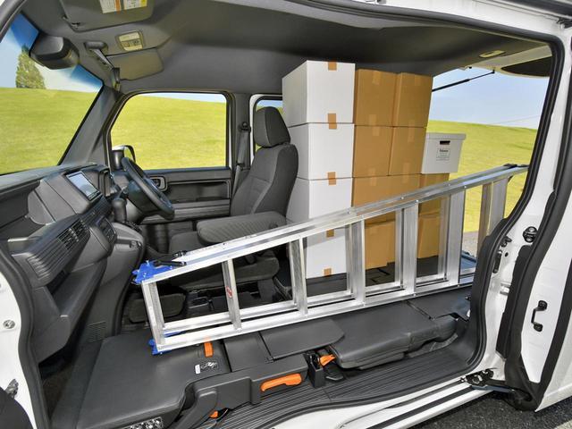 画像: 運転席以外をダイブダウンすれば、長尺ものや段ボール箱など収容能力は抜群!