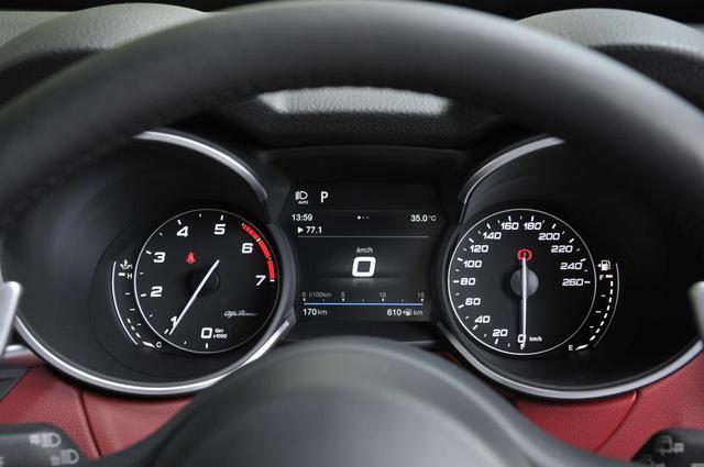 画像: 2眼メータースタイル。右が280km/hスケールの速度計、左は7000rpmまで刻まれた回転計。