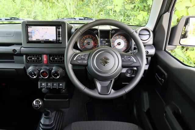 画像: 試乗車のXCのステアリングは本革巻。メータークラスターは視認性を高めるための常時照明を採用し機能性の高さ感じさせる。