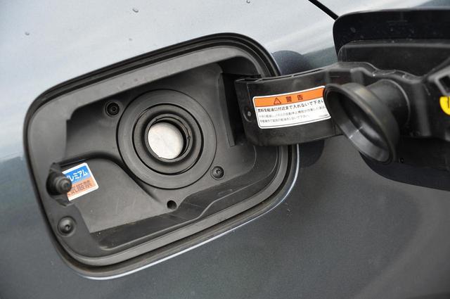 画像: メガーヌ スポーツツアラーGTはプレミアムガソリン指定。昨今、ガソリン価格が高騰しているので、予想よりも燃費が良いのがありがたい。
