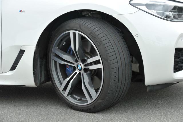 画像: 新型6シリーズ グランツーリスモのタイヤサイズはフロント245/40R20、リア275/35R20。ピレリのP ZEROを履く。