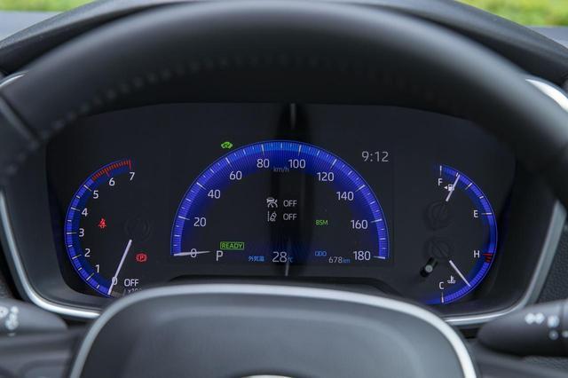 """画像: 最上級の HYBRID G""""Z""""( 1.8Lハイブリッド)の速度計は、マルチインフォメーションディスプレイを兼ねた 7インチTFT液晶を採用。"""