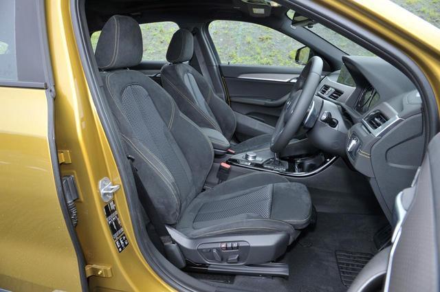 画像: BMW X2のフロントシート。セダンやワゴンのように、足を投げ出すようにして座るスタイルとなる。さらに、シートのサイドサポートは強めに設定されている。