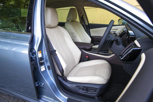 画像1: 「G」のニュートラルベージュの本革シート。「G Executive 」には後席用アシストグリップが前席シートバック装備される。