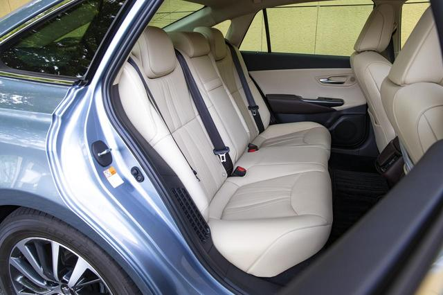 画像2: 「G」のニュートラルベージュの本革シート。「G Executive 」には後席用アシストグリップが前席シートバック装備される。