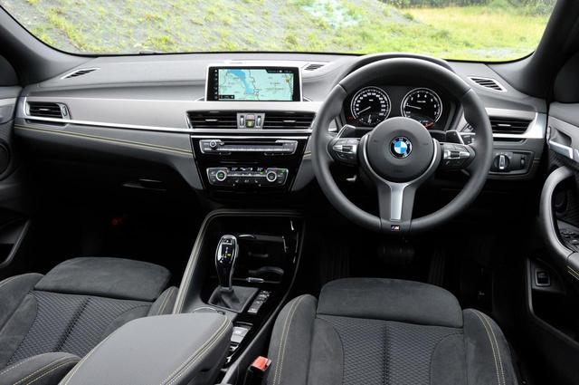 画像: BMW X2のコクピット。ドライバーズシートに座っても走りはじめても、ヒップポイントの低さや運動性能の高さなどから、SUVらしからぬ印象を感じられる。