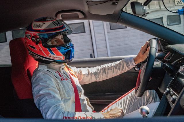 画像: シビックタイプRのバランスの良さ、ブレーキ性能の高さに驚いた、と語ったバトン選手。