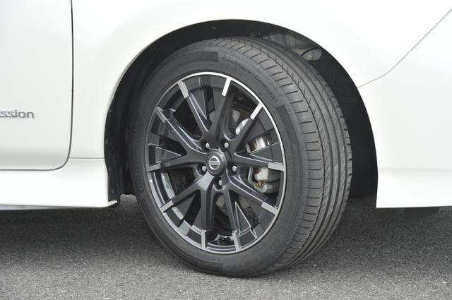 画像: ▲標準車のタイヤサイズは205/55R16だが、NISMOは225/45R18。ホイールは空力抵抗を低減するデザインを採用している。