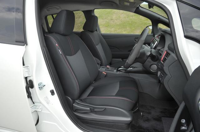 画像: ▲形状は標準車と同じだが、レッド&グレーのツインステッチを施したNISMO専用のシート地とドアトリムクロスを採用している。