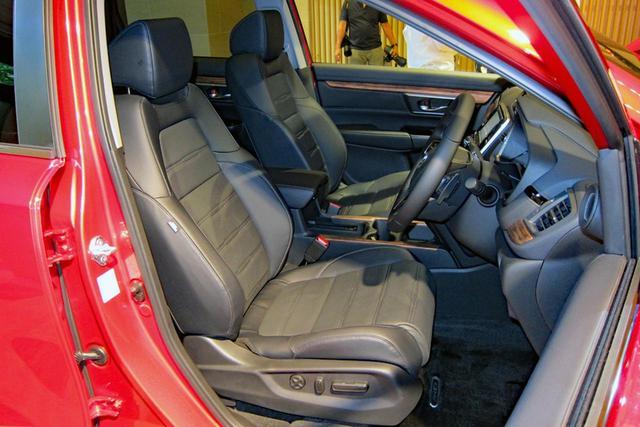 画像: 上級グレードには本革シート(もちろん電動アジャスト)も採用。ガソリン車は3列シートも設定。