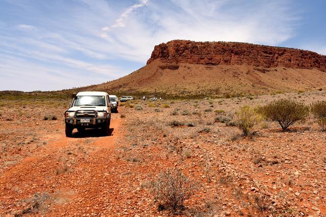 画像: これは2014年、豪州走破のワンシーン。隊列を組んで壮大な砂漠地帯を突き進む。