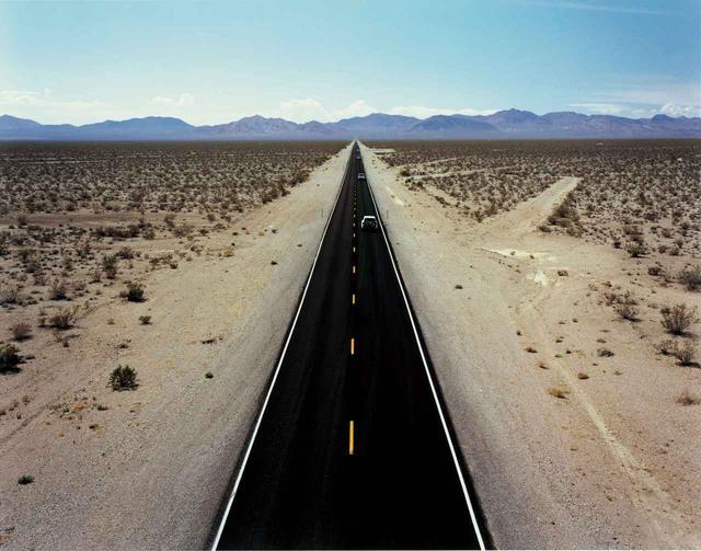 画像: いかにも北米らしい、どこまでも一直線に伸びる道。