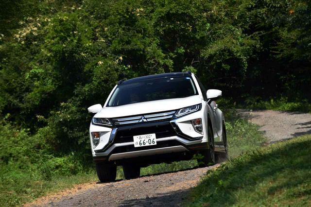 画像: 三菱 エクリプスクロスの4WDモデルには、オート、スノー、グラベルの3つの走行モードを備え、砂利道も難なく走る。スポーツモードがないのも三菱らしい設定だ。