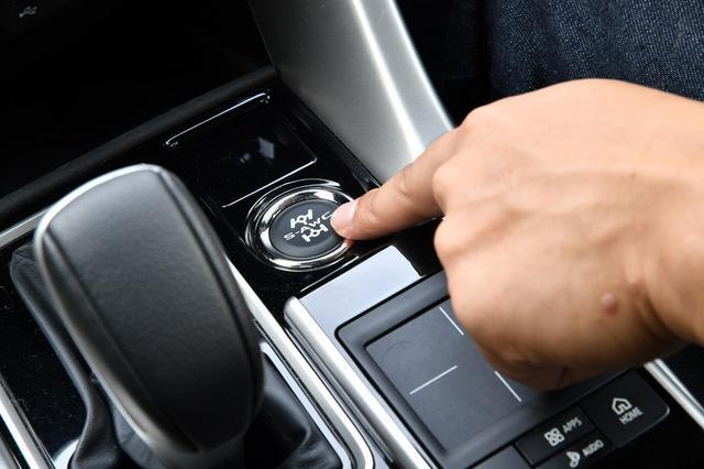 画像: 走行モードはシフトノブの横にあるスイッチで切り替える。