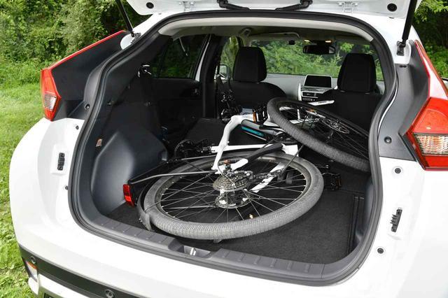 画像: 三菱 エクリプスクロス Gプラスパッケージに、フロントタイヤを外した自転車を搭載できた。