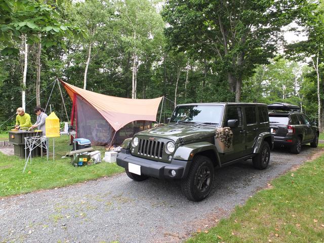 画像: 75thラングラーとコンパスで北海道キャンプ。ジープワールドにどっぷりのご夫婦の肖像ですね。